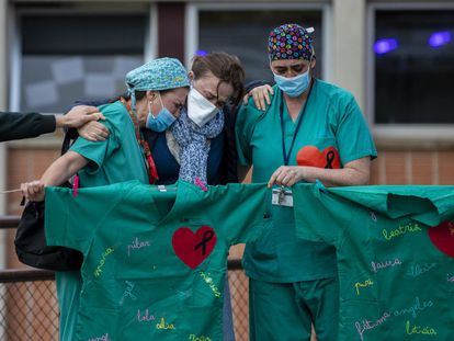 Personal sanitario llora la muerte de un compañero por coronavirus en el Hospital Severo Ochoa de Leganés (Madrid).