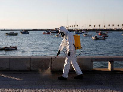Desinfección del paseo marítimo de Cascais (Portugal).