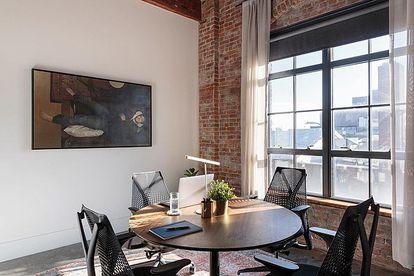 El Brooklyn más industrioso se reúne en los espacios comunes del Wythe Hotel.