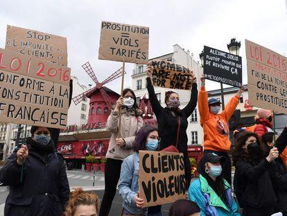 Varias prostitutas se manifiestan este lunes delante del cabaret Le Moulin Rouge para pedir una mejora de la ley contra la prostitución francesa.