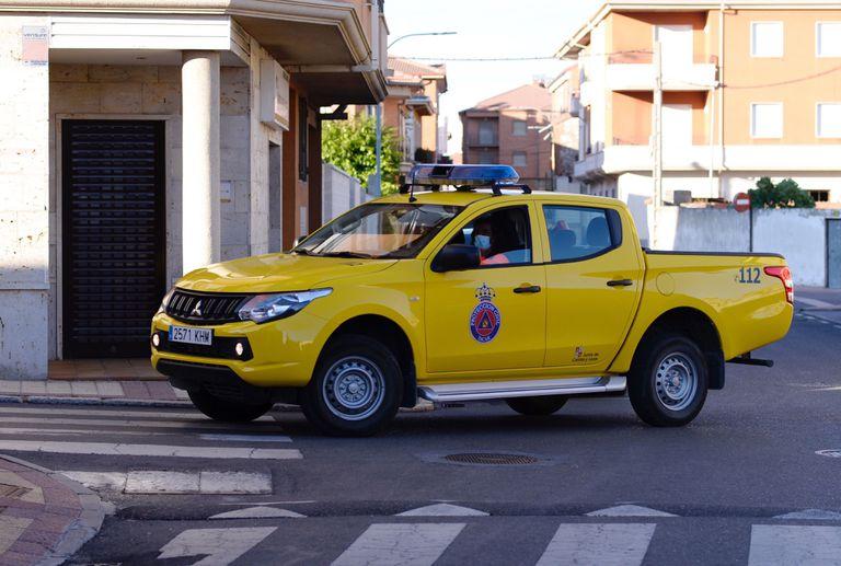 Un vehículo de Protección Civil circula por las calles de la localidad de Íscar.