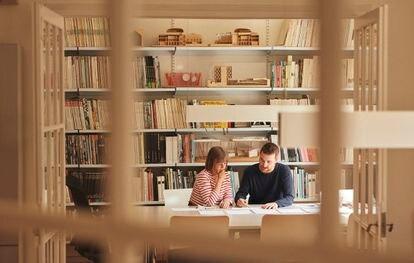 Los arquitectos Anna y Eugeni Bach, en su estudio.