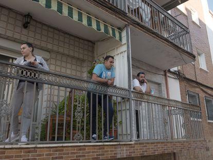 Juan Santiago (a la izquierda) y Pedro Márquez, este martes en el balcón de sus pisos de Linares (Jaén) tras decretarse las restricciones.