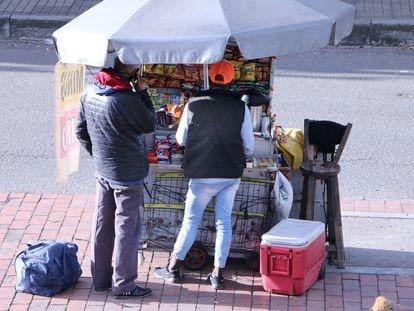 Puesto de vendedor ambulante en Bogotá.