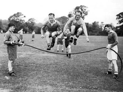Miembros del Birmingham saltan a la comba en el campo durante un entrenamiento en 1952.