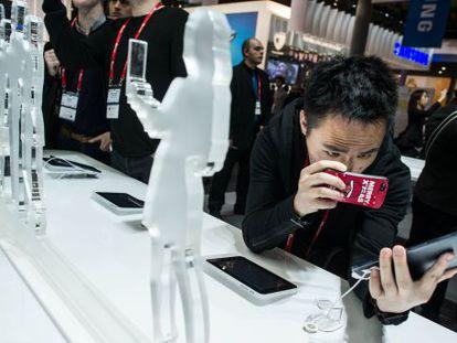 Un usuario fotografía una tableta Huawei.