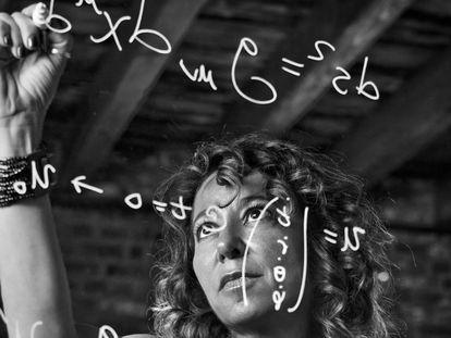 Janna Levin escribe ecuaciones en la sede de su nuevo proyecto, Pioneerworks, en Nueva York.