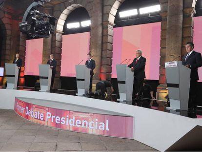 Los cinco candidatos sobre el escenario.