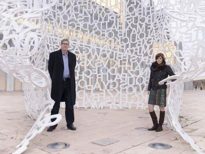 Hugh Forrest y Molly Barton, dentro de la escultura 'El alma del Ebro', de Jaume Plensa, en Zaragoza.