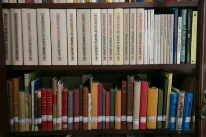 Mueble con los diarios de Andrés Trapiello y sus cuadernos originales.