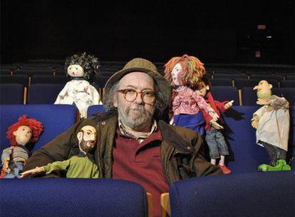 Marcelino de Santiago, <i>Kukas</i>, rodeado de títeres en un descanso de <i>Un agasallo para Xaquín</i>, en el Auditorio de Ourense.