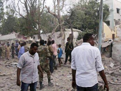 Fuerzas de seguridad y civiles, en el lugar de la explosión de uno de los coches bomba que han explotado este sábado en Mogadiscio.