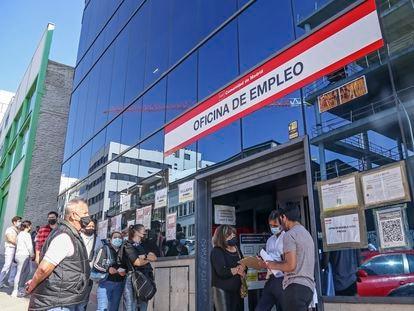Una cola en la oficina de empleo del distrito de San Blas, Madrid capital, tras más de 24 horas de caída del sistema informático.