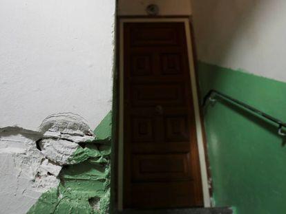 Puerta de acceso a la vivienda que ocupaba en Ripoll el imán Abdelbaki Es Satty, supuesto cerebro de la célula yihadista que atentó en Cataluña.