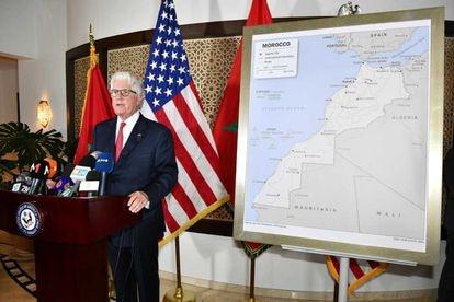 El embajador de EE UU en Marruecos, David T. Fischer, posa este sábado con el mapa que ha regalado al rey Mohamed VI y que incluye el Sáhara Occidental.