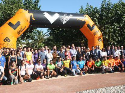 Foto de familia de todos los sectores involucrados en el circuit 5K. En el centro, el empresario Juan Roig y el alcalde de Valencia, Joan Ribó.