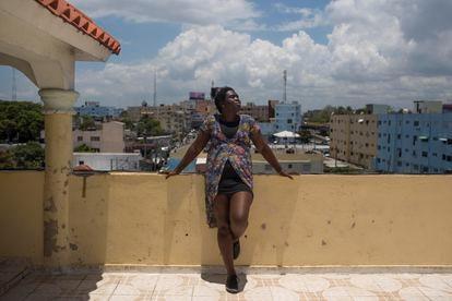 Agatha Brooks, de 32 años, disfruta del sol en la azotea de su casa en Santo Domingo. Agatha es una mujer negra transexual seropositiva, y carece de documentación. Pincha en la imagen para ver la galería completa.