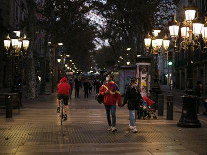Varias personas pasean con mascarilla por la Rambla de Barcelona, el 18 de noviembre.