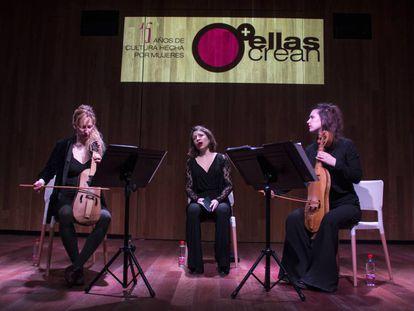 Anna y Sophia Danilevskaia (vihuelas) y la cantante Perrine Devillers (centro).