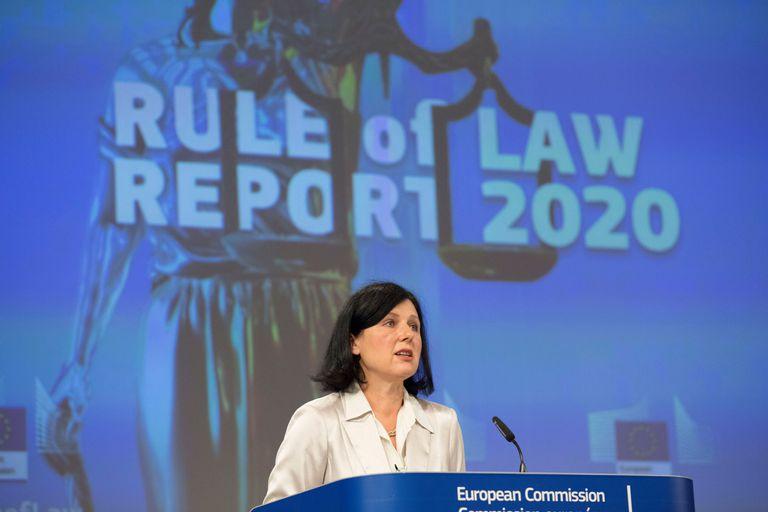 La vicepresidenta de la Comisión Europea Vera Jourová durante la presentación del informe sobre el Estado de derecho en la UE, este miércoles, en Bruselas.