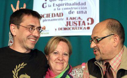 Juan Carlos Monedero con Luis Ángel Aguilar, del área de laicidad del círculo de espiritualidad de Podemos, y una asistente al acto.