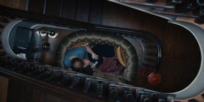 Lauren Ambrose y Rupert Grint, en el segundo episodio de la segunda temporada de 'Servant'.