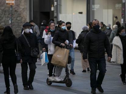 Una mujer circula en un patinete eléctrico por una zona peatonal de Barcelona.