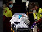 Sanitarios trasladan a un paciente al hospital 12 de Octubre el pasado 22 de agosto.