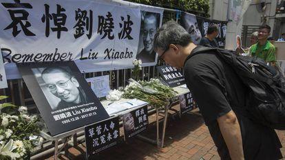 Un hombre presenta sus respetos ante un altar levantado en memoria de Liu Xiaobo.