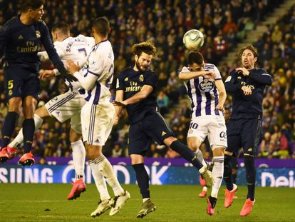 Nacho Fernández remata el gol del Madrid.