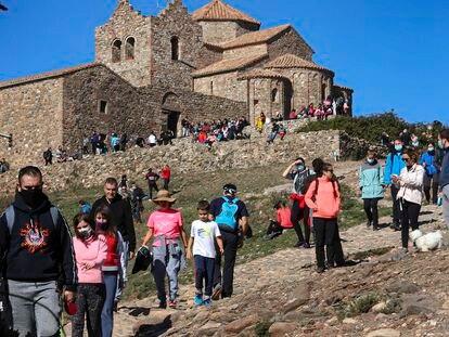 Monasterio de Sant Llorenç del Munt, en la cumbre de La Mola, con una alta afluencia de visitantes, este domingo.