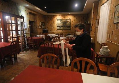 Carmen Patiño, dueña del restaurante 'La Francisca' en la calle de Bailén, recoge su negocio por el cierre de la crisis del Covid-19.