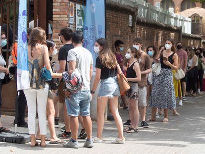Decenas de personas hacen cola en el Hospital Sant Pau de Barcelona para vacunarse contra la covid.