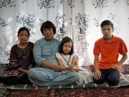 Mohammad Zarin, que fue intérprete de las tropas españolas en Afganistán, junto a sus hijos en Islamabad