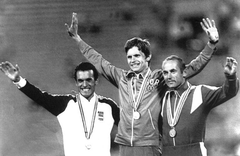 De izquierda a derecha, Llopart, el alemán Hartwig Gauder y el ruso Yvchenko, en el podio de los 50km marcha en los Juegos de Moscú 80.