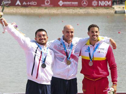 El podio del K1-200 en el Mundial de Szeged: oro (en el centro) para Heath, plata (I) para Stefanovic y bronce para Carlos Garrote.