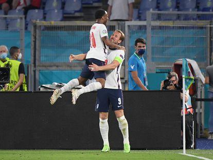 Harry Kane y Raheem Sterling celebran el tercer gol de Inglaterra en el estadio Olímpico de Roma.