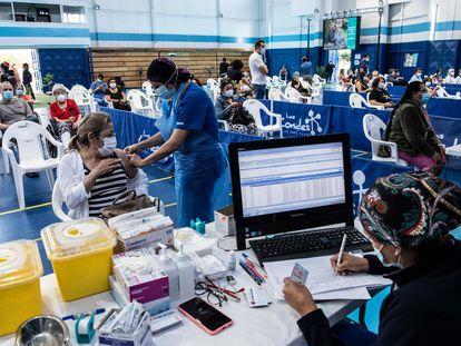 Una mujer recibe una dosis de la vacuna china CoronaVac en un centro de salud en Santiago de Chile, el 15 de febrero pasado.