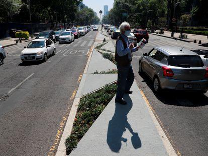Un hombre protesta contra el Gobierno en Ciudad de México.