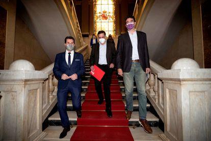 Los portavoces de los tres grupos en el Ayuntamiento de Murcia, de izquierda a derecha: Mario Gómez (Cs), José Antonio Serrano (PSOE) y Ginés Ruiz Maciá (Podemos), este miércoles en el Ayuntamiento de Murcia.