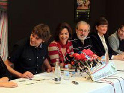 Alcaldes y concejales de Bildu, en la comparecencia que realizaron anteayer en San Sebastián.