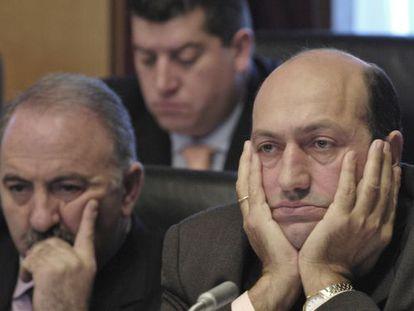 Rogelio Martínez, a la derecha, durante un pleno de la Diputación de Ourense cuando era alcalde.