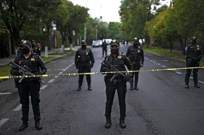 Policías aseguran el área donde ocurrió el atentado.