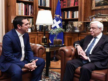 El primer ministro griego, Alexis Tsipras (i), y el presidente Prokopis Pavlópulos, este lunes en el palacio presidencial de Atenas.