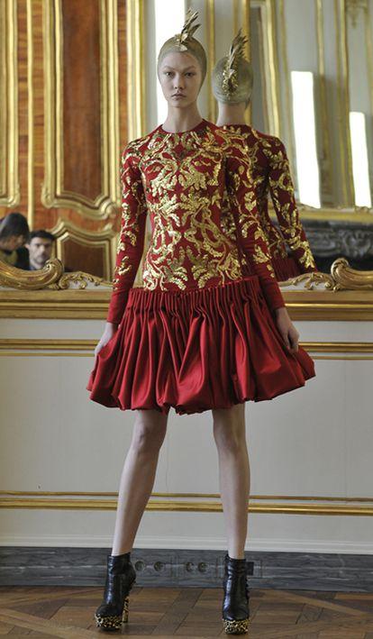 El arte vicentino inspira la última colección de Alexander McQueen, que consta de 16 piezas únicas que se producirán y se venderán a partir del próximo otoño. La obra póstuma del diseñador, que falleció el 11 de febrero, se ha presentado hoy en un pase privado en París, coincidiendo con la Semana de la moda de la capital francesa.