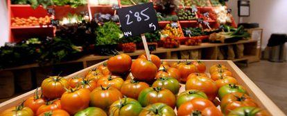 Varias verduras y hortalizas en un mercado.