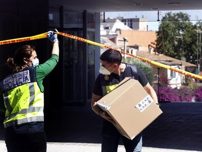 Agentes de la UDEF, durante un registro efectuado el pasado junio en L'Hospitalet de Llobregat en una operación contra la corrupción.