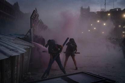 Activistas protestan en el Zócalo, durante el 8-M