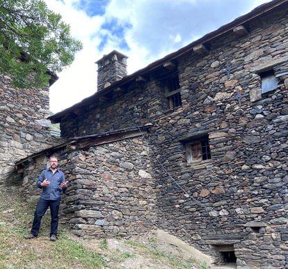 El escritor Iñaki Rubio delante de la casa donde ocurrieron los hechos en 1943.