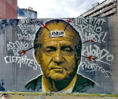 Mural en favor de Pablo Hasel y crítico con el rey emérito en la plaza de las Tres Ximeneias de Barcelona que ha sido borrado por orden de la policía municipal.